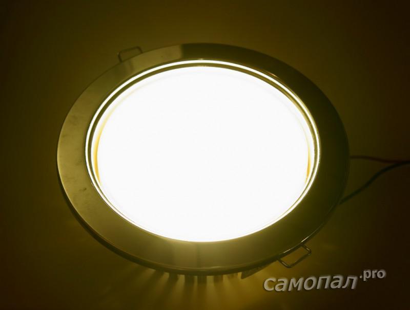 Включенный светильник
